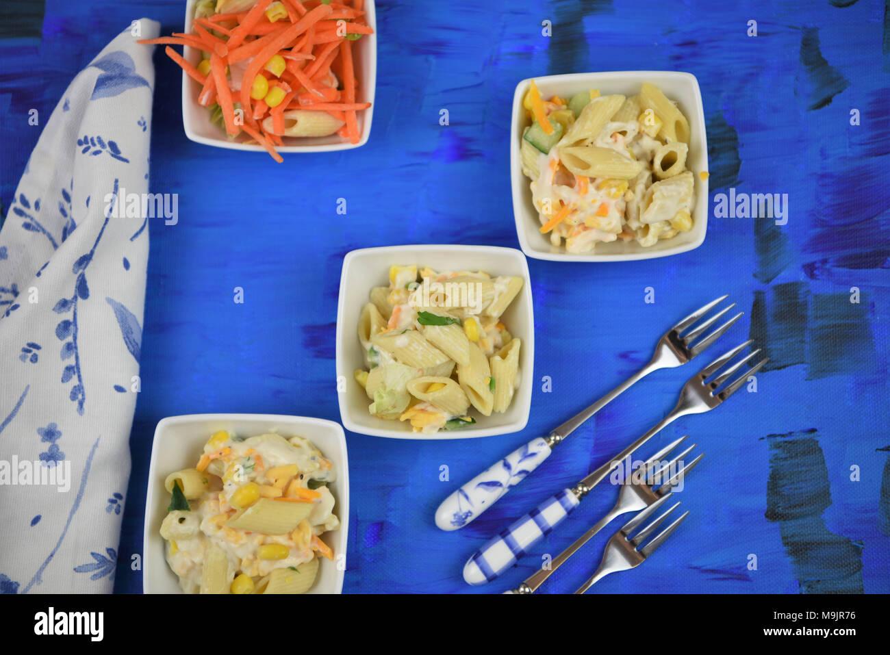 Flach mit Speisen der Pasta Salat Stockbild