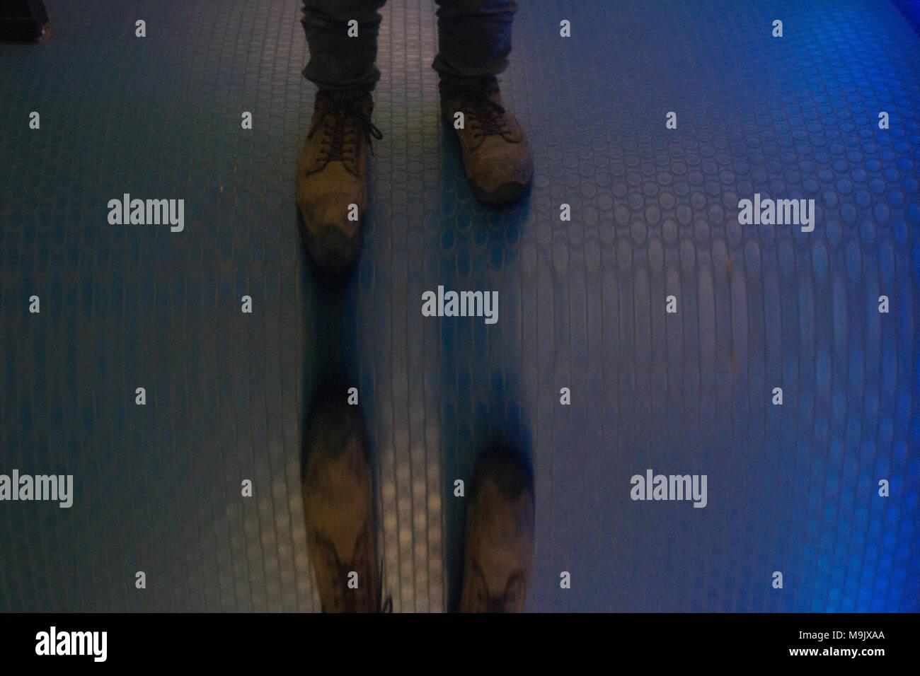 Verzerrte Widerspiegelung der Füße Stockbild