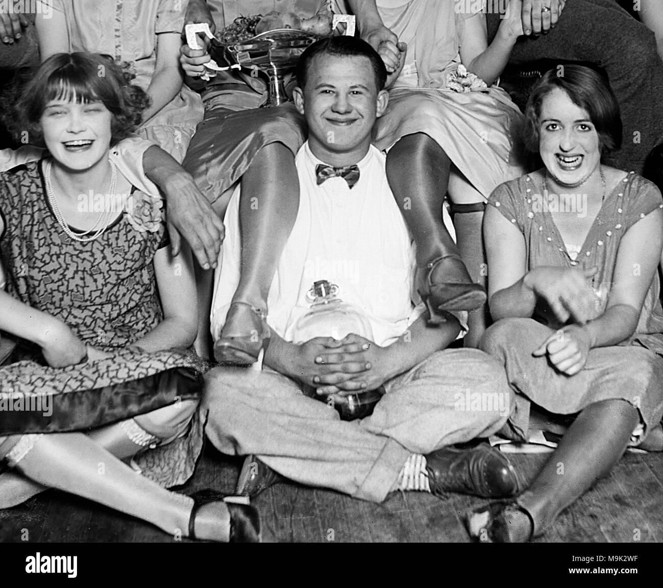 Ein junger Mann ist gut positioniert, um beim Trinken bootleg Booze während der Prohibition in Chicago im Jahre 1927. Stockbild