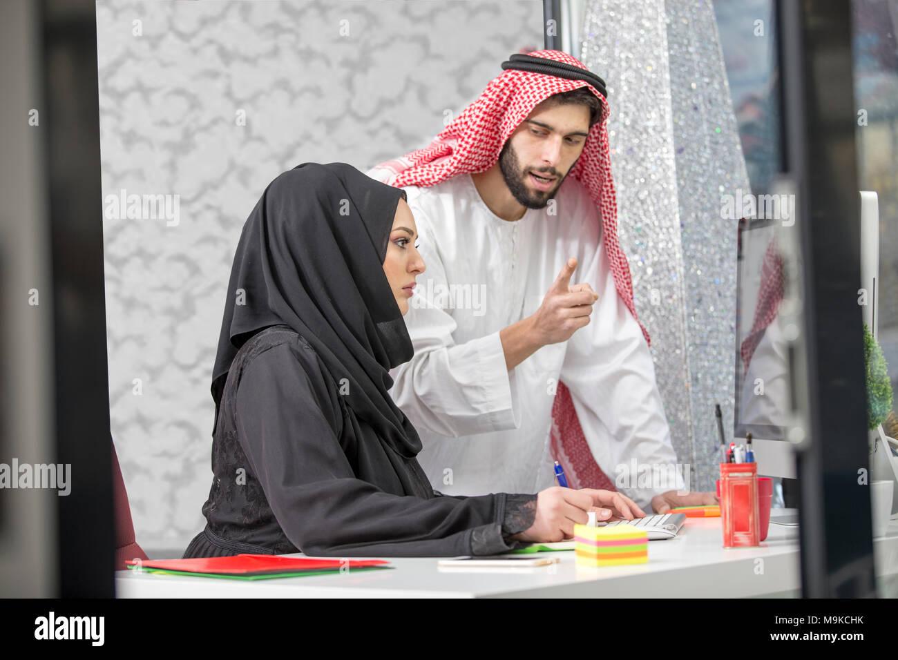 Arabisch business Paar zusammen, die am Projekt an modernen Start Büro. Stockbild