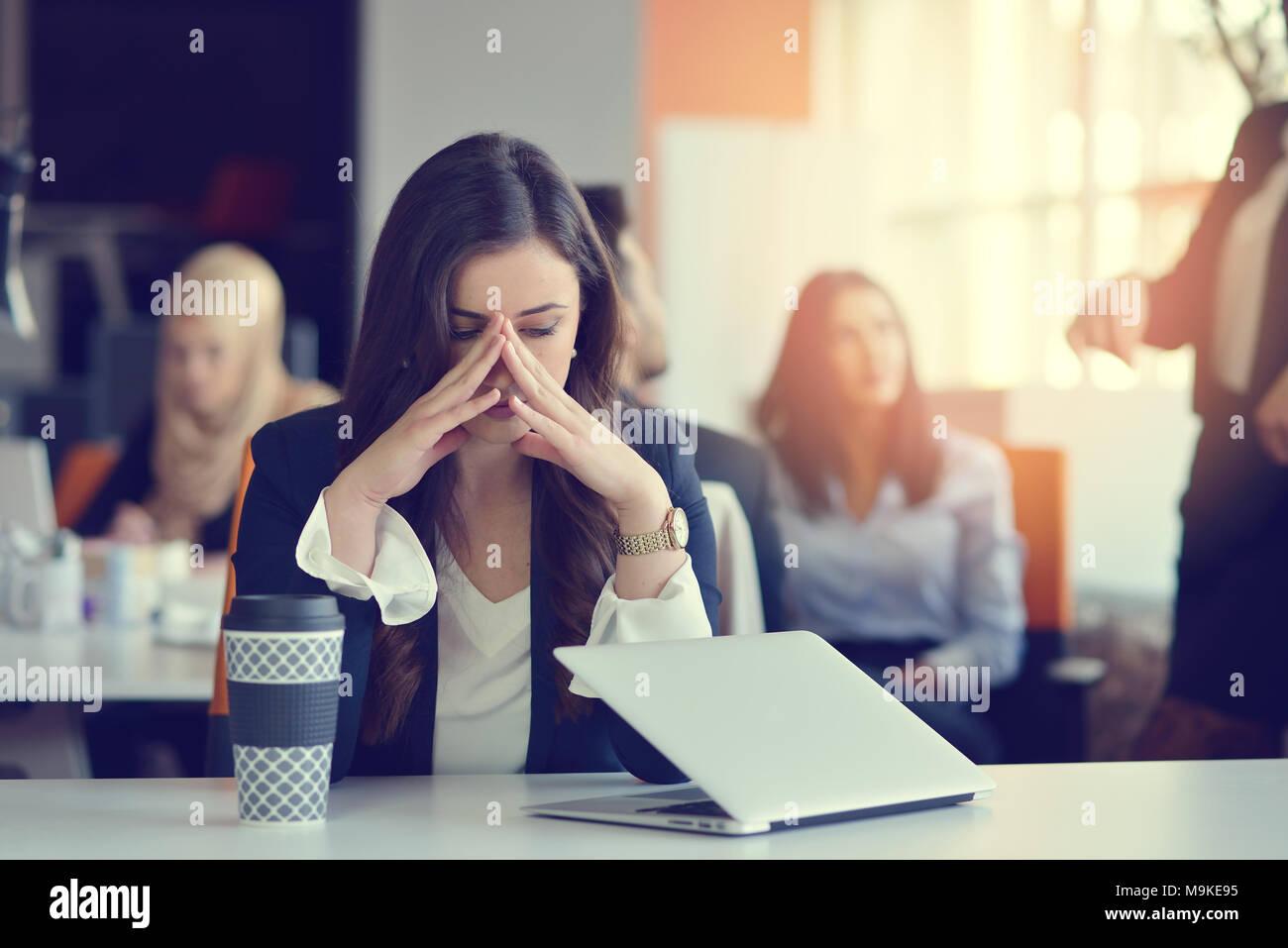 Junge besetzt schöne Lateinische Geschäft Frau leiden Stress am Computer im Büro arbeiten Stockbild