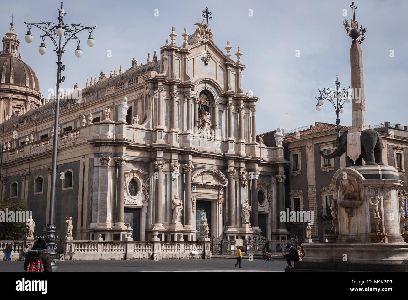 """Die Piazza del Duomo mit der Fassade der Kathedrale und der Elefant Fountain' u Liotru"""", Symbol von Catania, Sizilien, Italien. Stockbild"""