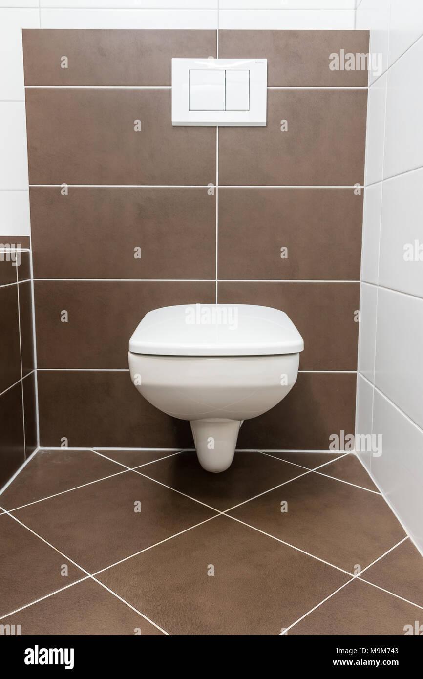 Vorderansicht des geschlossenen WC-Schüssel. Die Toilette ist in ...