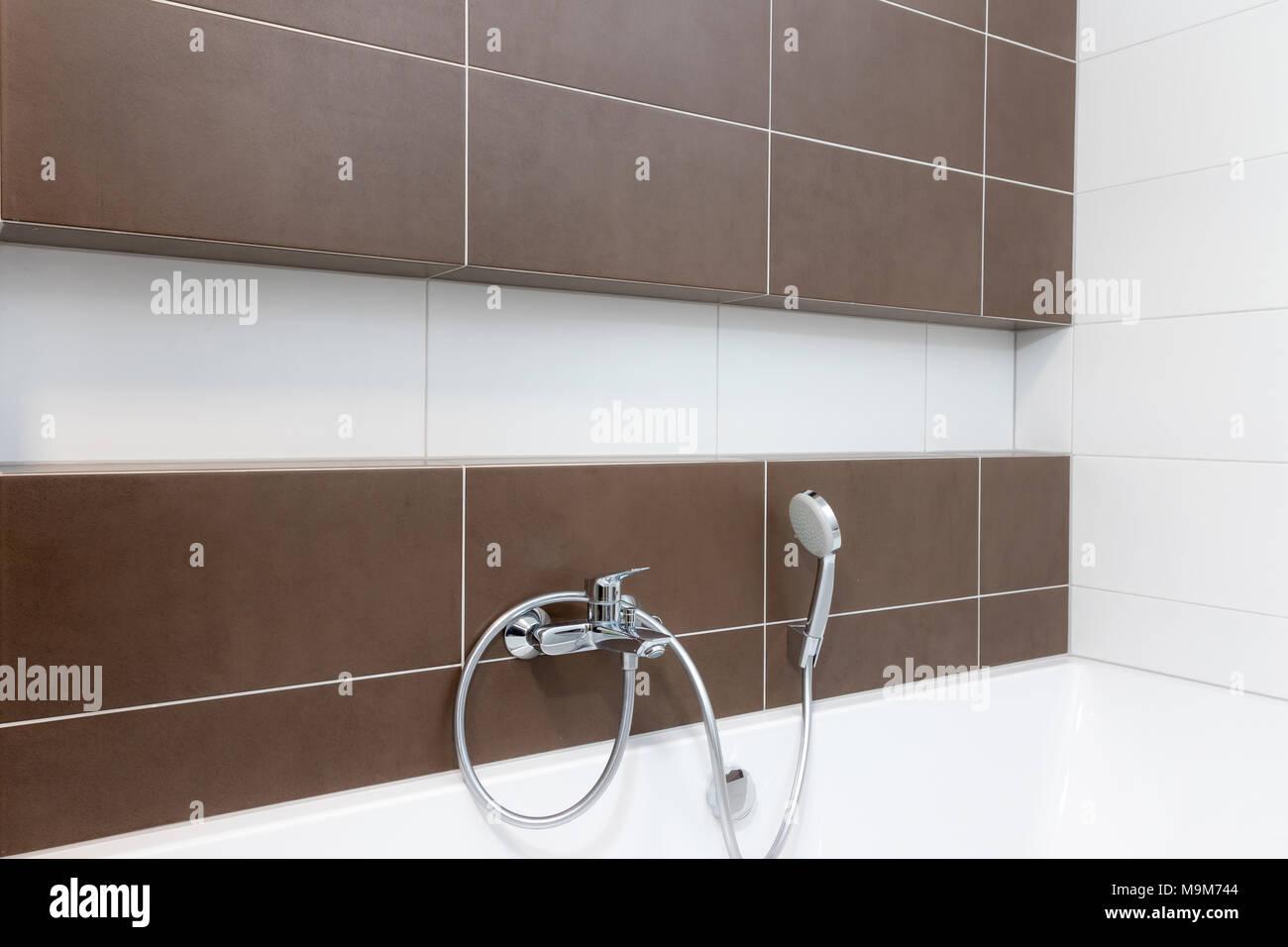 Badezimmer Wand in Weiß und Braun Design mit Nische und der ...