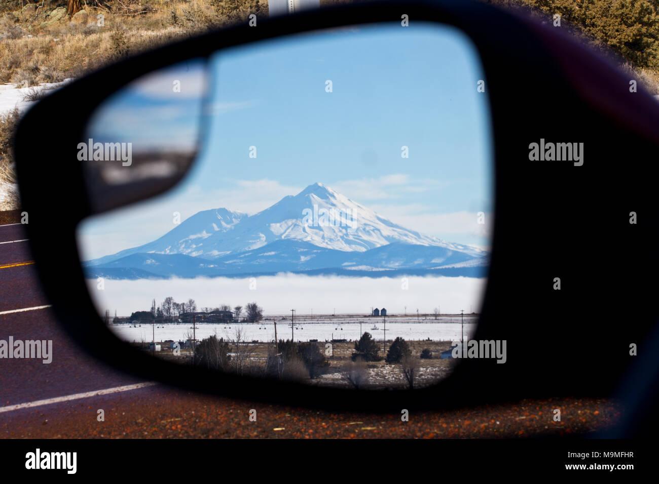 Die schneebedeckten Gipfel des Mount Shasta steht in einem Auto Tür Seitenansicht Spiegel im nördlichen Kalifornien im Winter Stockbild
