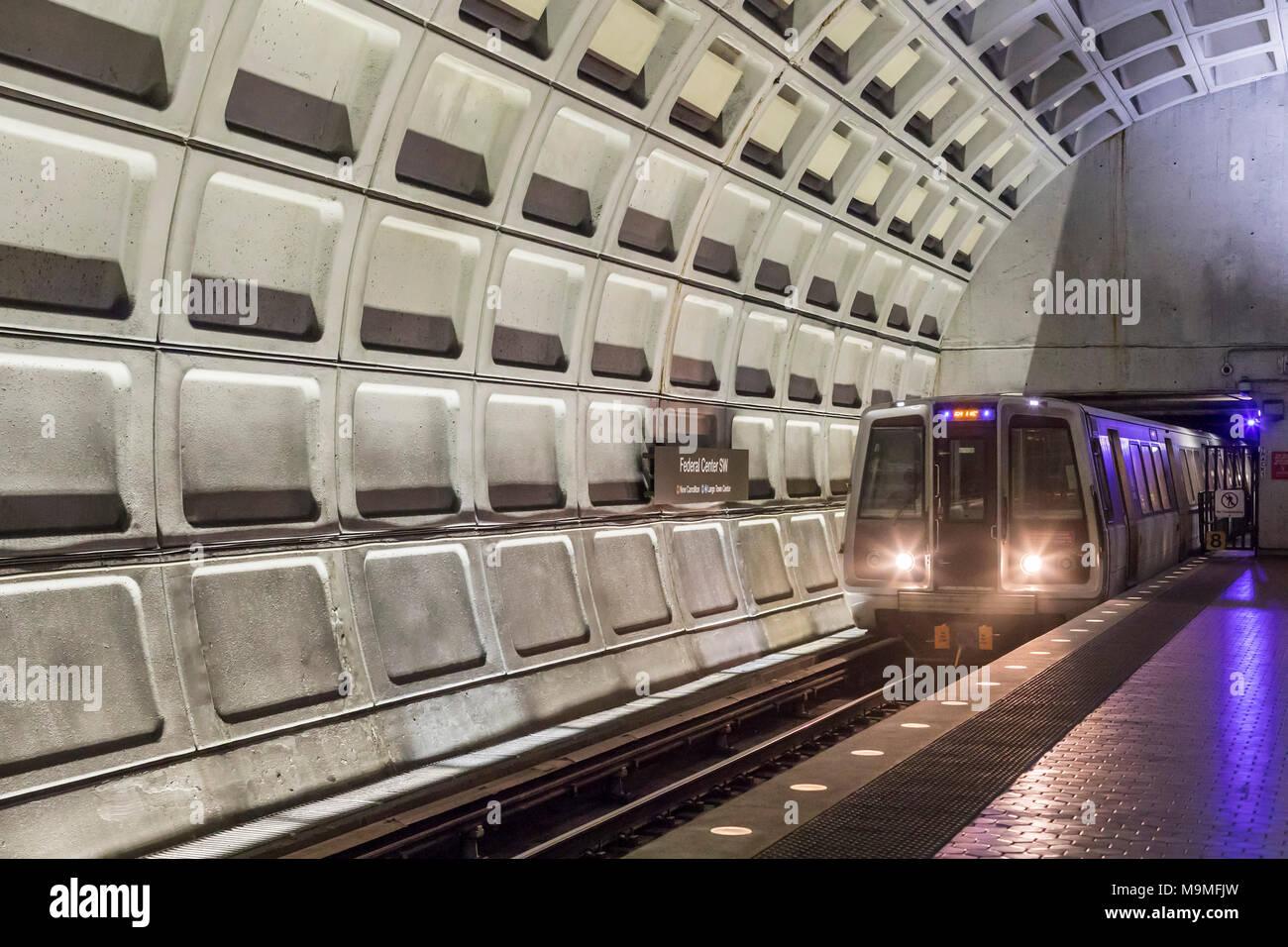 Washington, DC - ein Washington Metro U-Bahn Zug kommt an der Federal Center SW-Station. Stockbild