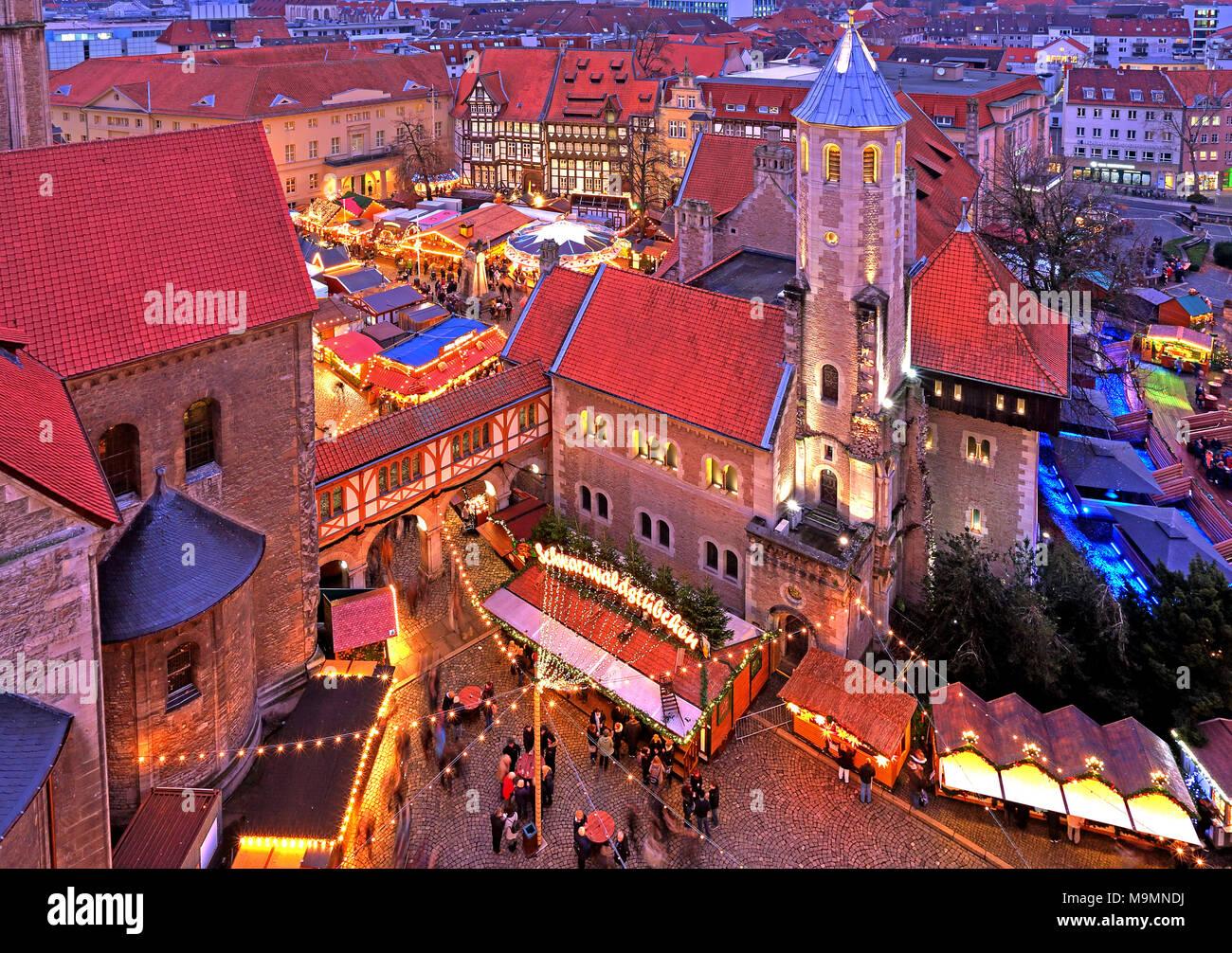 Weihnachtsmarkt Braunschweig.Weihnachtsmarkt Auf Dem Burgplatz Mit Burg Dankwarderode Dämmerung