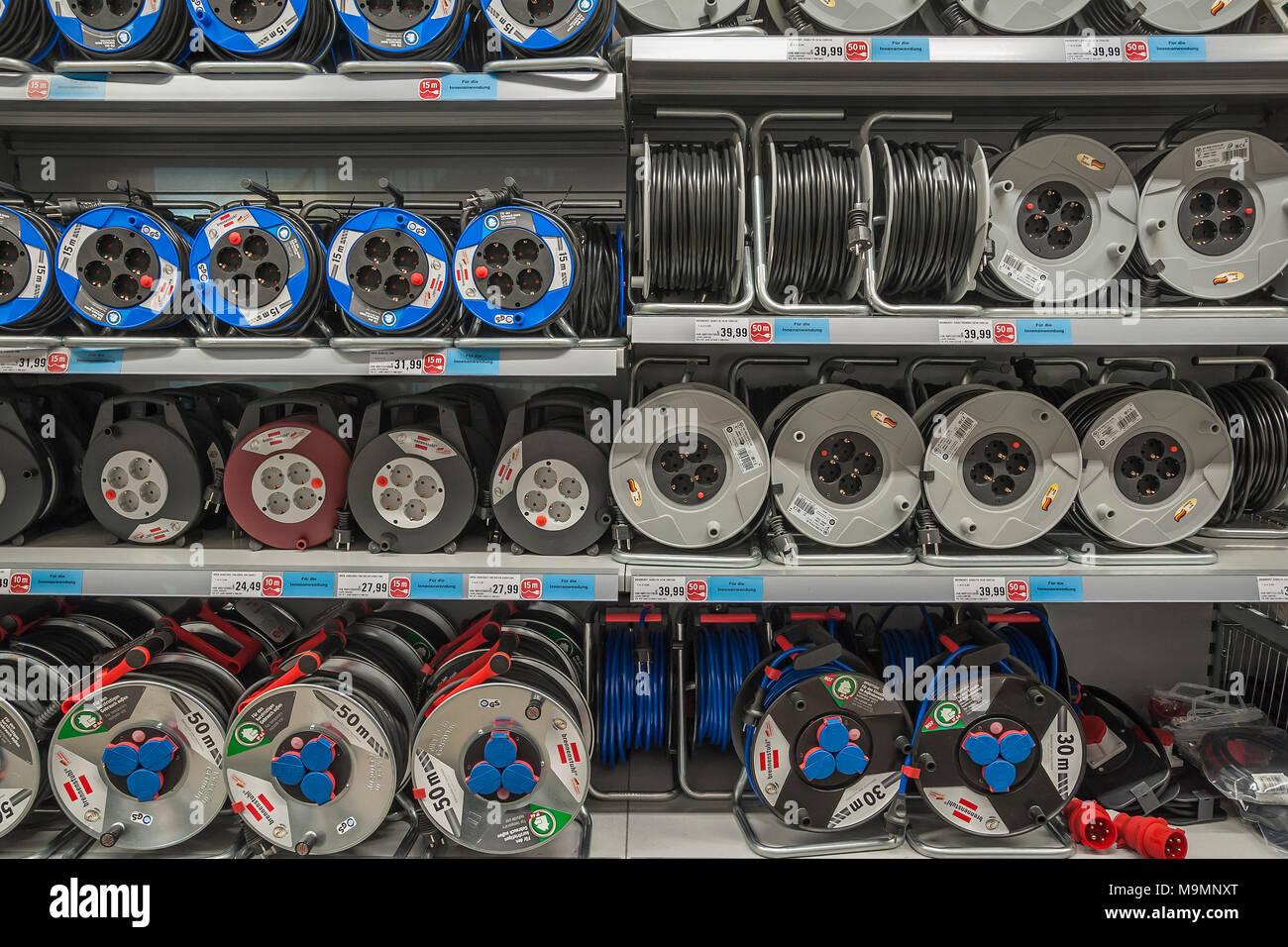 Elektrische Ausrüstung, Regal mit Kabeltrommeln, Hardware Store, Interieur, Bayern, Deutschland Stockbild