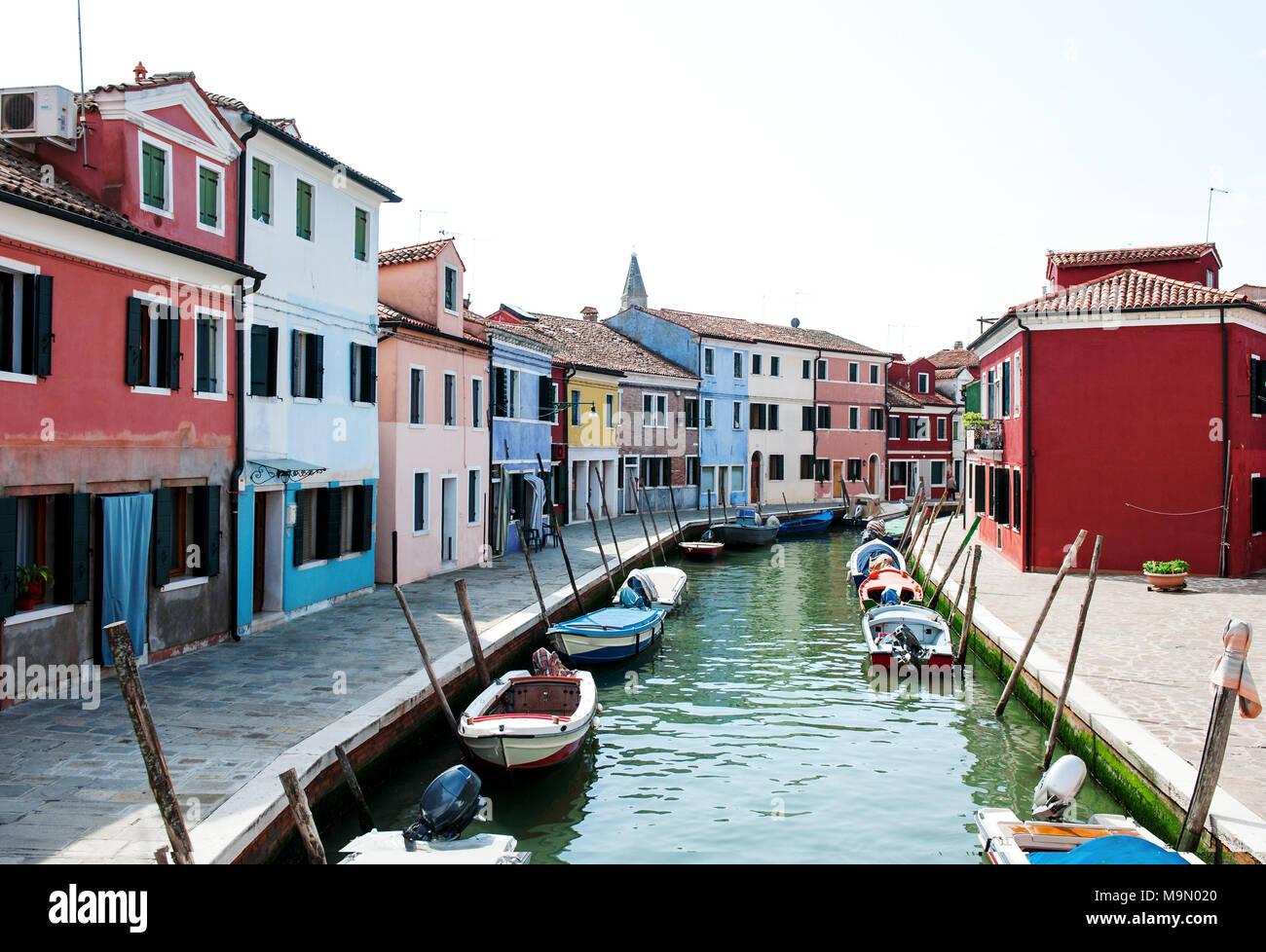 Bunte Häuser entlang eines Kanals in Burano, Venedig, Italien. Burano ist eine gemütliche Insel in der Lagune von Venedig für seine bunten Häuser bekannt. Stockbild