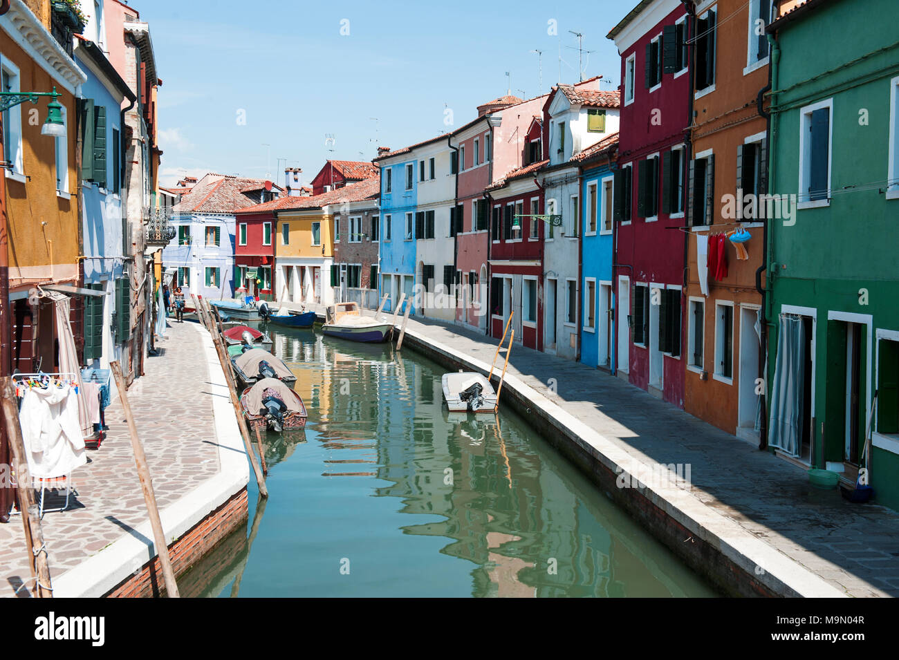 BURANO, Venedig, Italien - 16 April, 2017: Blick über den Kanal und hell bunte Häuser an einem sonnigen Tag Stockbild