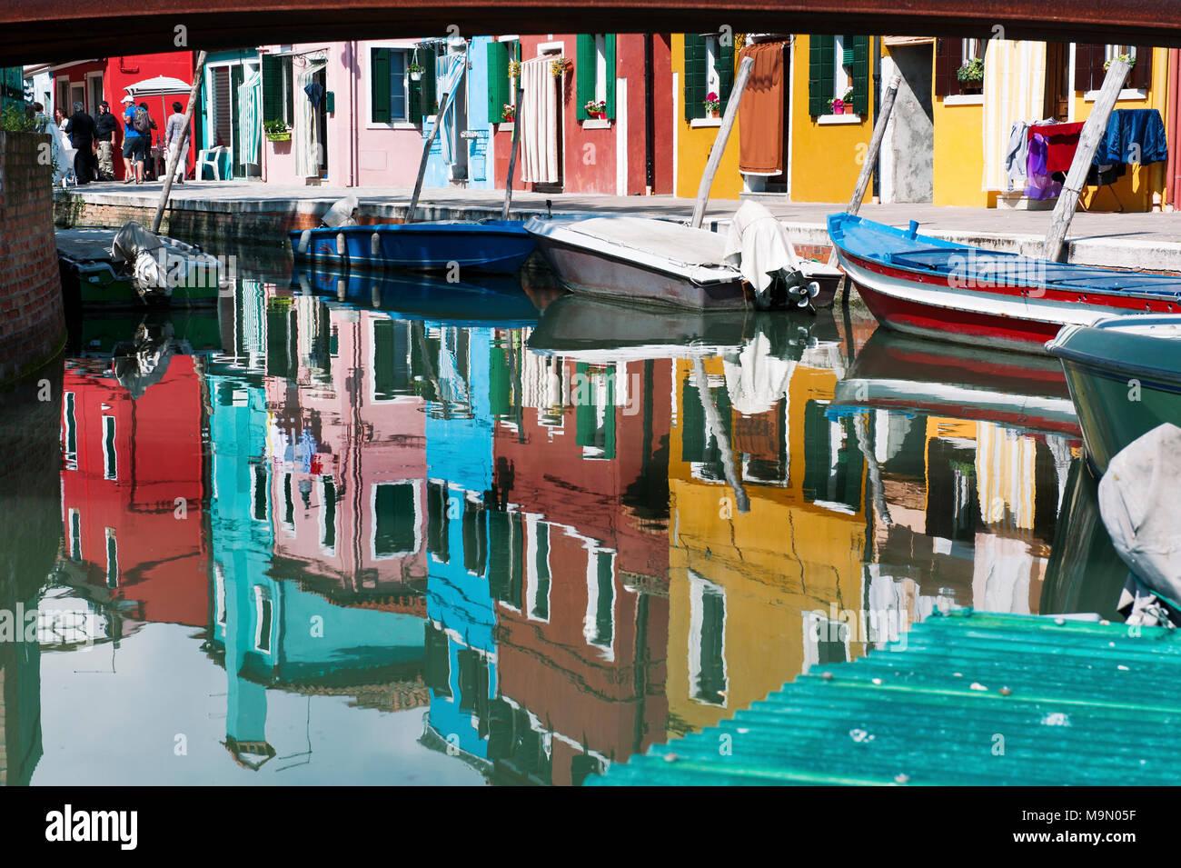 BURANO, Venedig, Italien - 16 April 2017: Bunte Häuser Reflexion in den Kanal Stockbild
