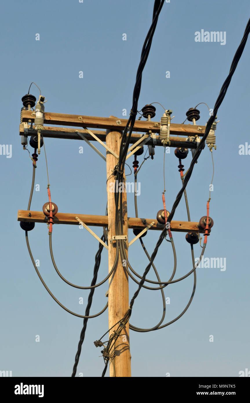 Hölzerne Stange mit elektrischen Leitungen Stockbild