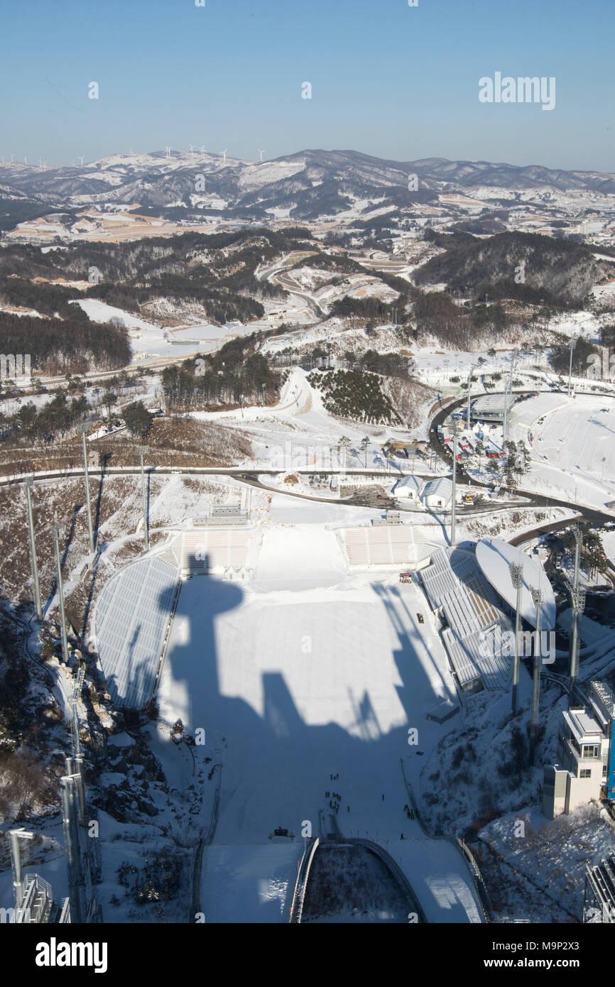 Ansicht von der Oberseite der Olympischen Skispringen Tower. Alpensia Skispringen Stadion ist ein Fußballstadion in Alpensia Resort in Pyeongchang, Südkorea. Es bewirtet Skispringen während der Olympischen Winterspiele 2018. Die alpensia Resort ist ein Skigebiet und eine touristische Attraktion. Es ist auf dem Gebiet der Gemeinde von daegwallyeong-myeon befindet sich in der Grafschaft von Pyeongchang, die Olympischen Winterspiele hosting im Februar 2018. Das Skigebiet ist ca. 2,5 Stunden von Seoul oder Incheon Airport mit dem Auto, überwiegend alle Autobahn. Alpensia hat sechs Pisten zum Skifahren und Stockbild
