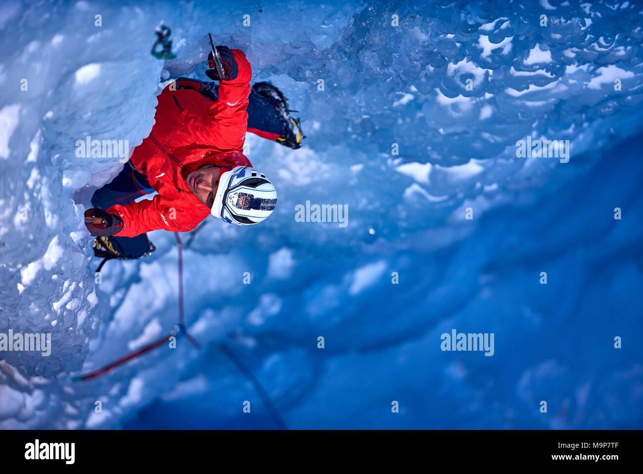 Ice climber klettern Fluido azzurro Eisfall, Simplon, Wallis, Schweiz Stockbild