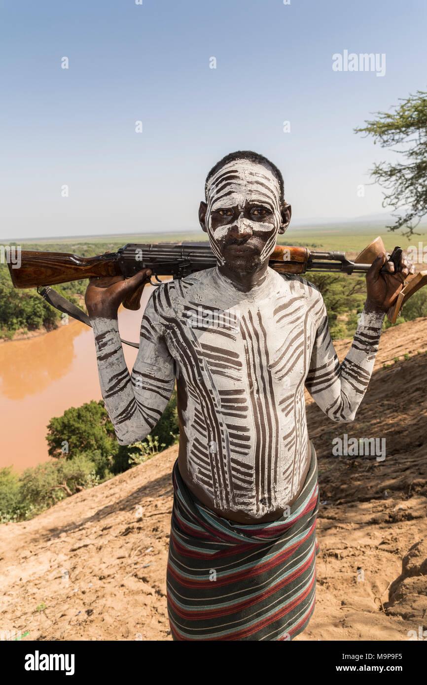 """Krieger mit Gewehr, Kalaschnikow, AK47, Karo Stammes zurück und Omo Fluss, der südlichen Nationen, Nationalitäten und Völker"""" Region, Äthiopien Stockbild"""