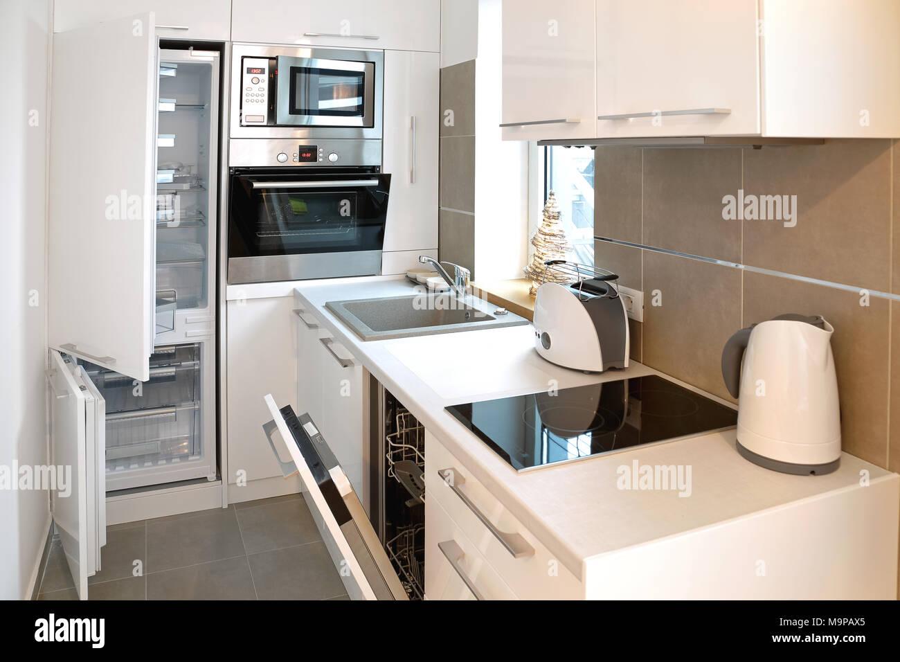 Alles ist offen in kleinen modernen weißen Küche Stockfoto ...