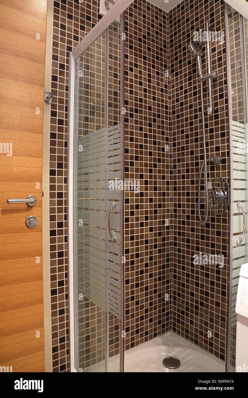 Dusche mit braunen Fliesen Mosaik und Glas Kabinentür ...
