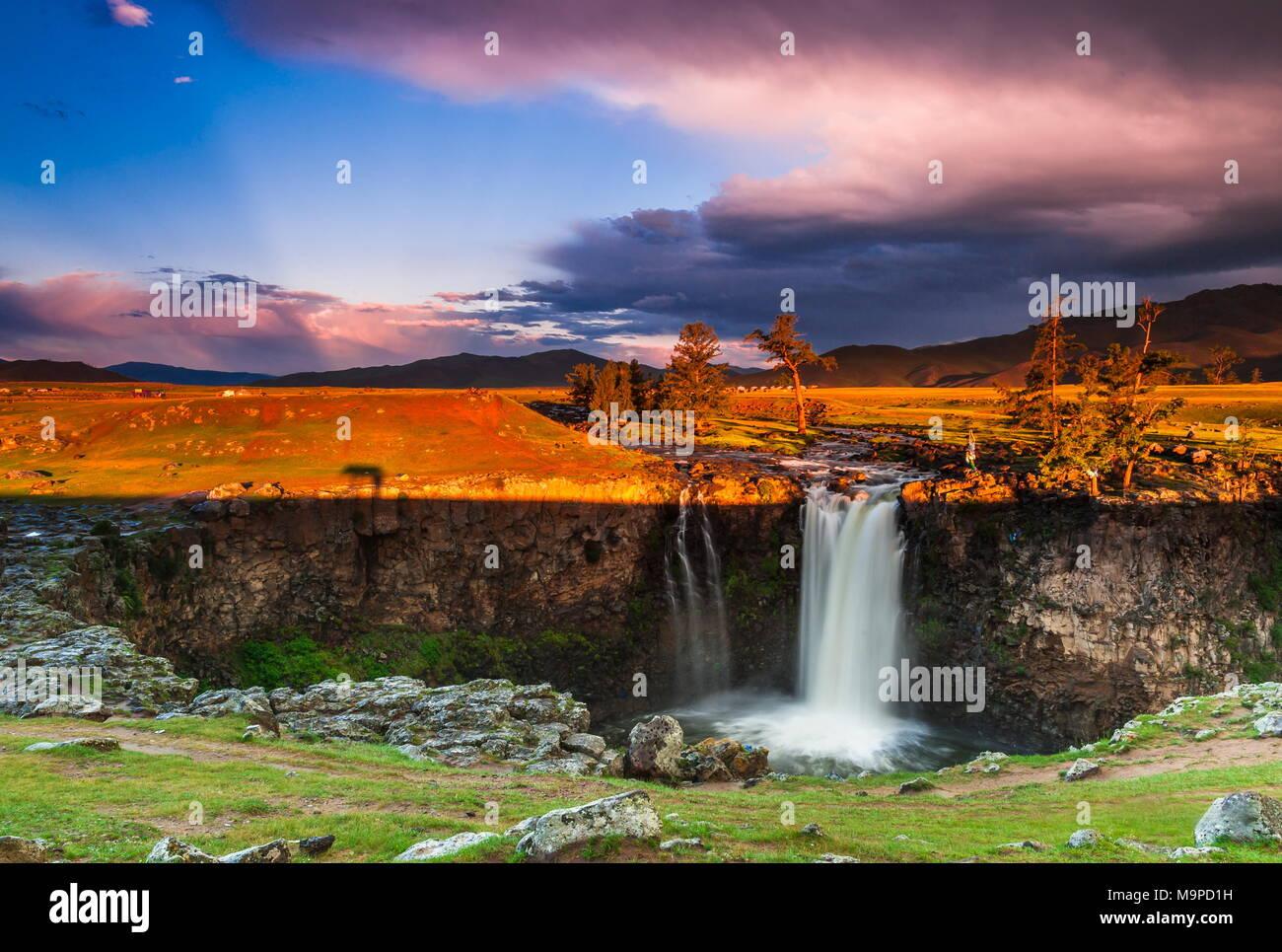 Orkhon Wasserfälle in dramatischen Sonnenlicht, Mongolei Stockbild