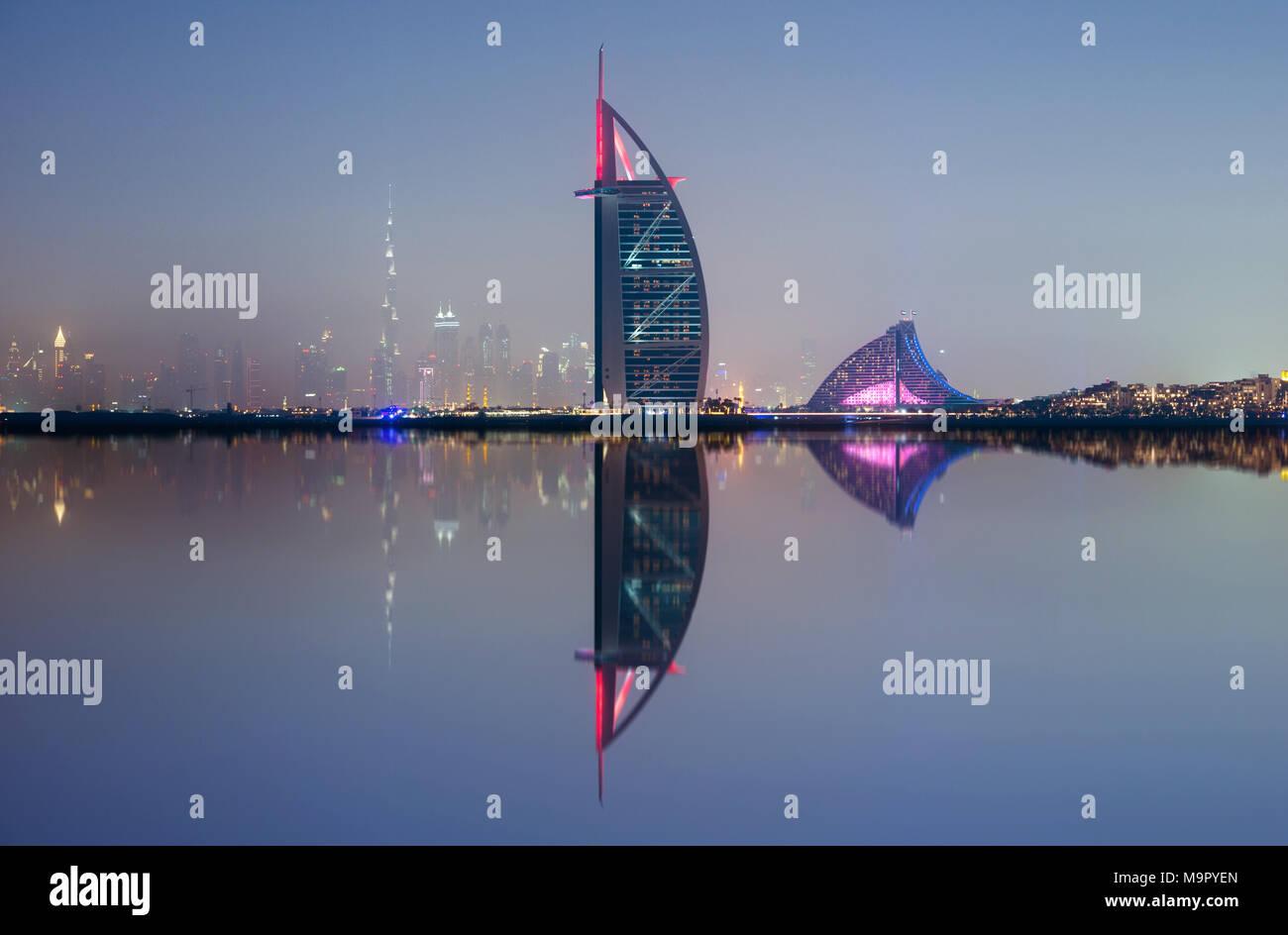 Skyline von Dubai mit Wasser Reflexion an nahe, VAE Stockfoto