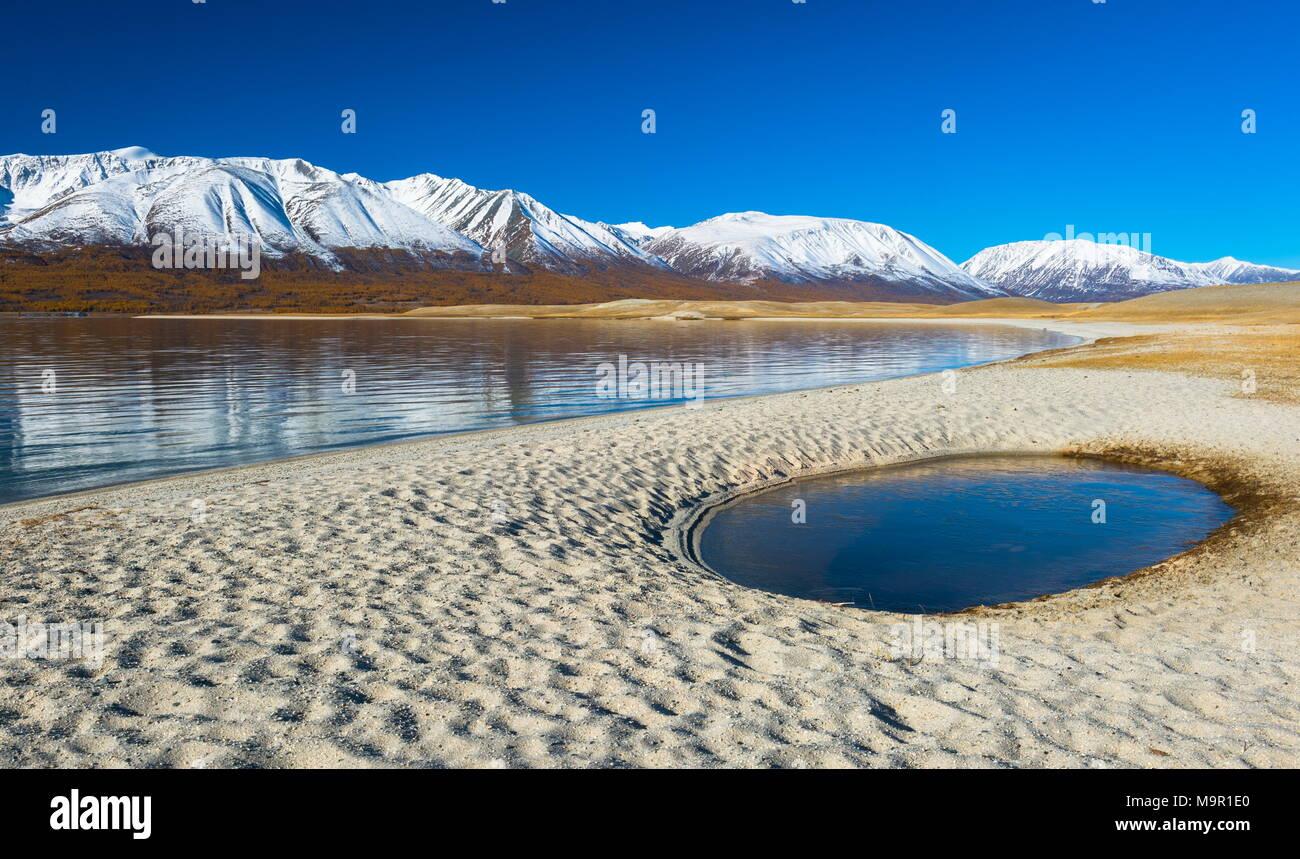 Strand mit Pool, Khoton See, Schnee - Berge in den Rücken fallen, Mongolei Stockbild