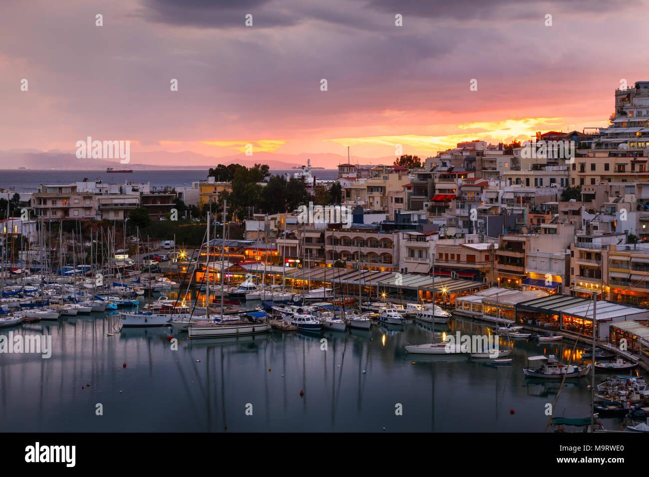 Abend im Hafen Mikrolimano in Athen, Griechenland. Stockbild