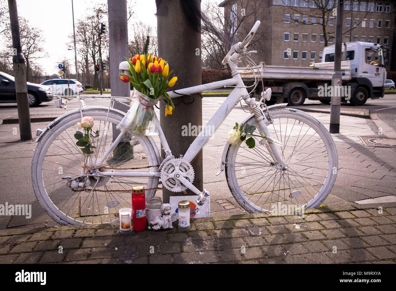 Europa, Deutschland, Köln, ghost Bike, weiß geschmückt Fahrrad erinnert an ein Radfahrer, der einen schweren oder tödlichen Unfall an dieser Stelle hatte, Straße Innere Stockbild