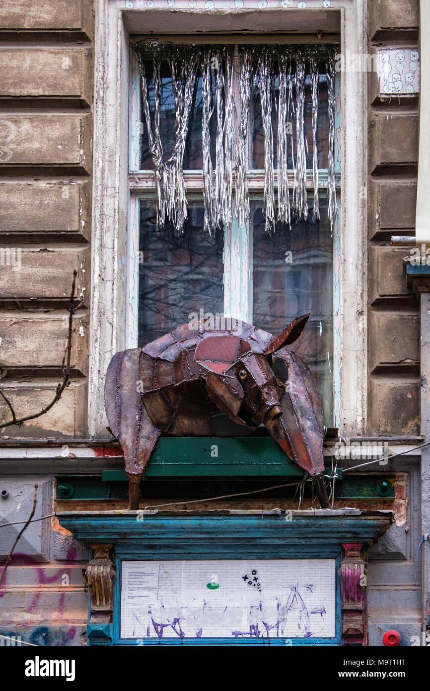 Berlin, Prenzlauerberg, KA-86. Fassade des ehemaligen verfallenen niedriges Gebäude. Das Fenster Detail mit tierischen Skulptur aus Metall zurückgewonnen Stockbild