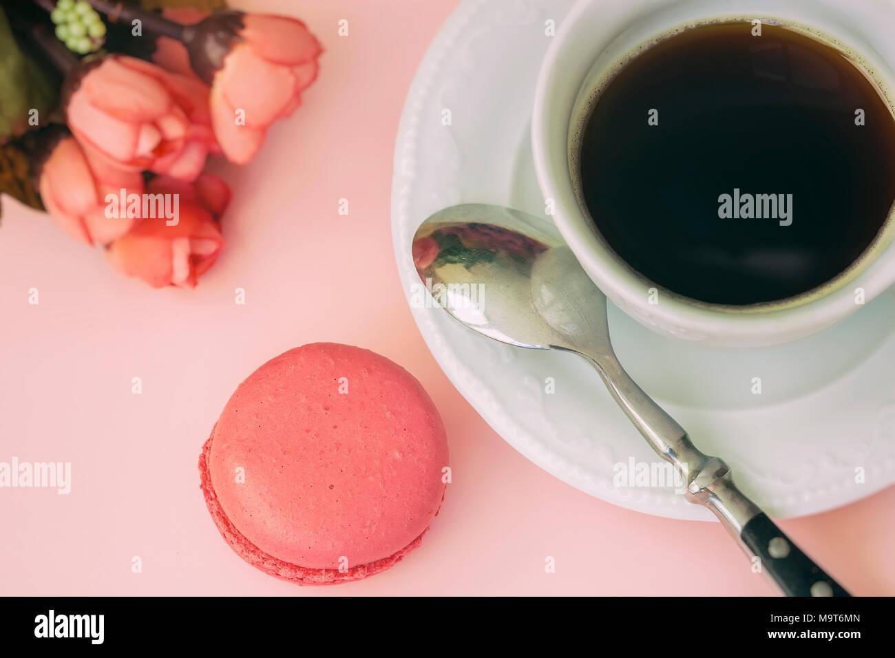 Rosa Macaron, Makronen und Tasse Kaffee, Frühlingsblumen, zarten ...