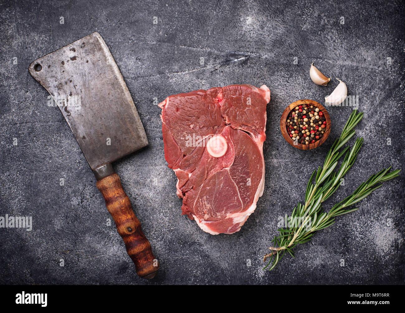 Lammfleisch mit Rosmarin, Gewürze und Cleaver. Stockbild