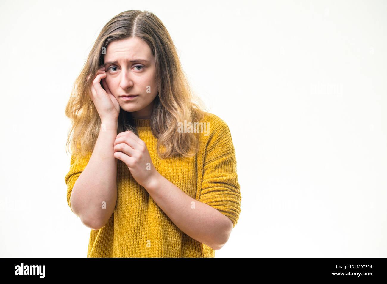 Ein Risiko anfällig, jungen kaukasischen Frau Mädchen allein, traurig einsam, unglücklich, deprimiert niedergeschlagen emotional mißbraucht nervös - auf einem weißen Hintergrund, Großbritannien Stockbild