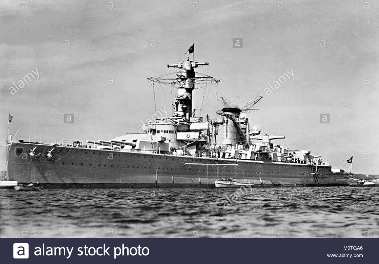 Die deutsche Heavy Cruiser DEUTSCHLAND (später umbenannt? ?L++ tzow???). Eine von drei schwere Kreuzer der Deutschland-Klasse (Schwester Schiffe, ADMIRAL SCHEER und Admiral Graf Spee). Deutschland wurde durch die Deutsche Werke Werft in Kiel gebaut, unten am 5. Februar 1929 festgelegt. Sie wurde am 19. Mai 1931 ins Leben gerufen und am 1. April 1933 in Auftrag gegeben. Nach der Versenkung der Admiral Graf Spee im River Plate Mündung am 17. Dezember 1939, Hitler bestellt der DEUTSCHLAND umbenannt werden soll, LÜTZOW, die Möglichkeit der Verlust eines Schiffes die symbolischen Namen Deutschlands Lager zu vermeiden. Sie wurde am 4. Mai 1 versenkt Stockbild
