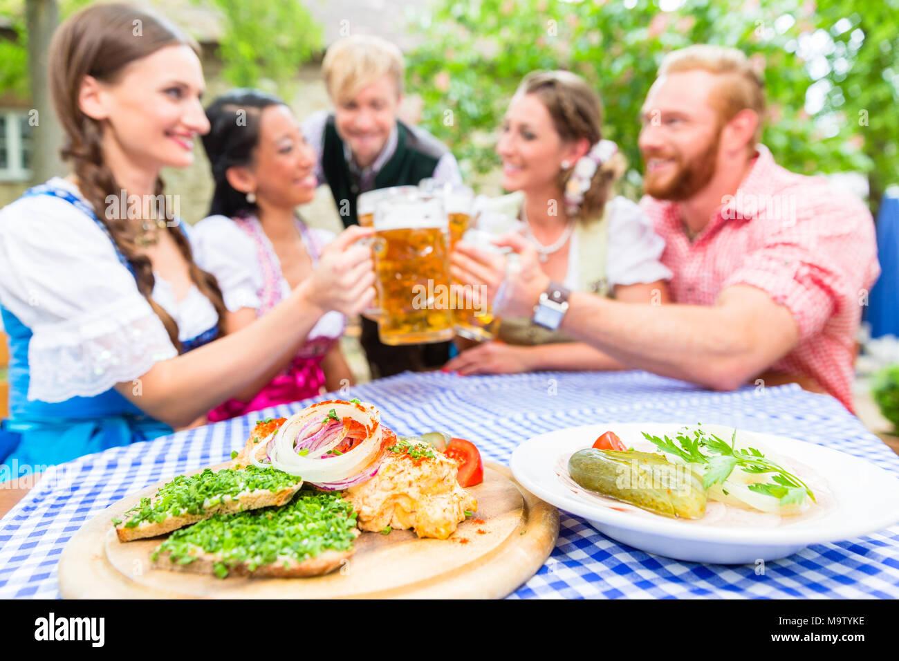 Freunde Im Biergarten Mit Getränk Und Bayerische Vorspeisen