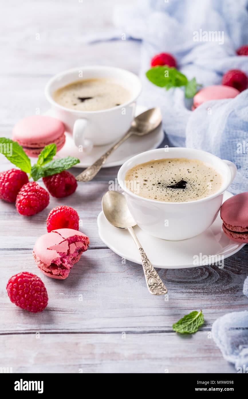 Tasse Kaffee mit französischen Himbeere Makrone Stockbild