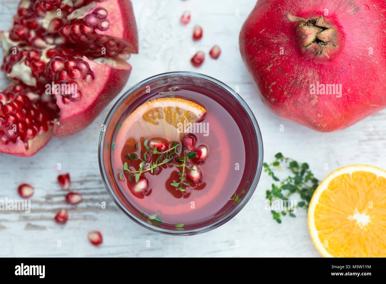 Frischen Granatapfelsaft mit Orange und Zitrone, Thymian, gesunde Getränke Stockbild