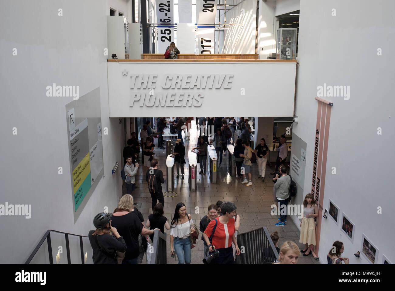 Kunststudenten der LCC-genießen Sie die Öffnung ihrer Grad zeigt in London, England, Vereinigtes Königreich. London College der Kommunikation, früher der London Schule von Druck- und Grafischen und dann London College von Druck- und, kurz, London College Drucken ist ein konstituierendes College der Universität der Künste London, in Elephant und Castle entfernt. Stockbild