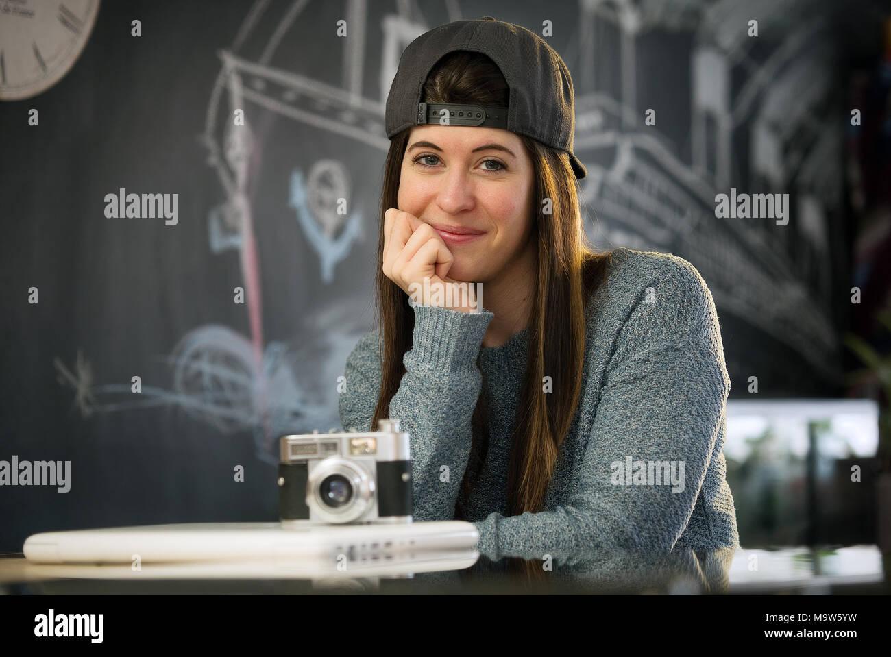 Repentigny, Kanada, 27, März, 2018. junge Frau an der Kamera lächelnd in Ihrer Küche. Credit Mario Beauregard/Alamy leben Nachrichten Stockbild