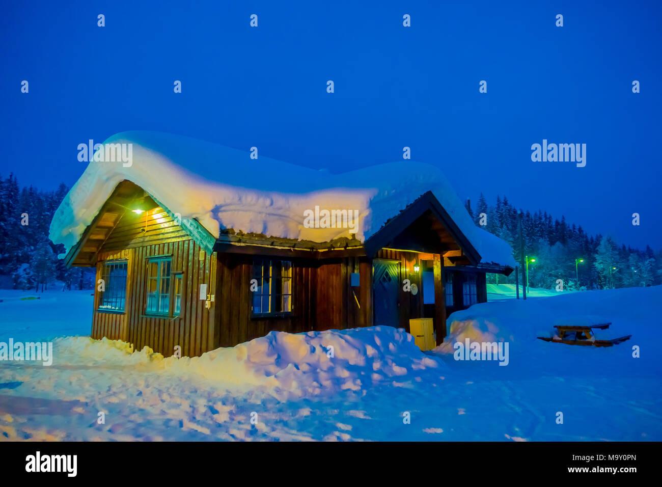 Tolle nacht blick auf traditionelle holzh user mit schnee for Tolle hauser
