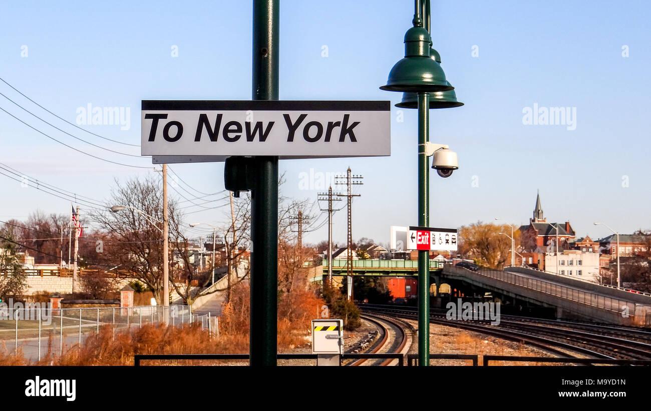 Nach New York auf einem Bahnhof Stockbild