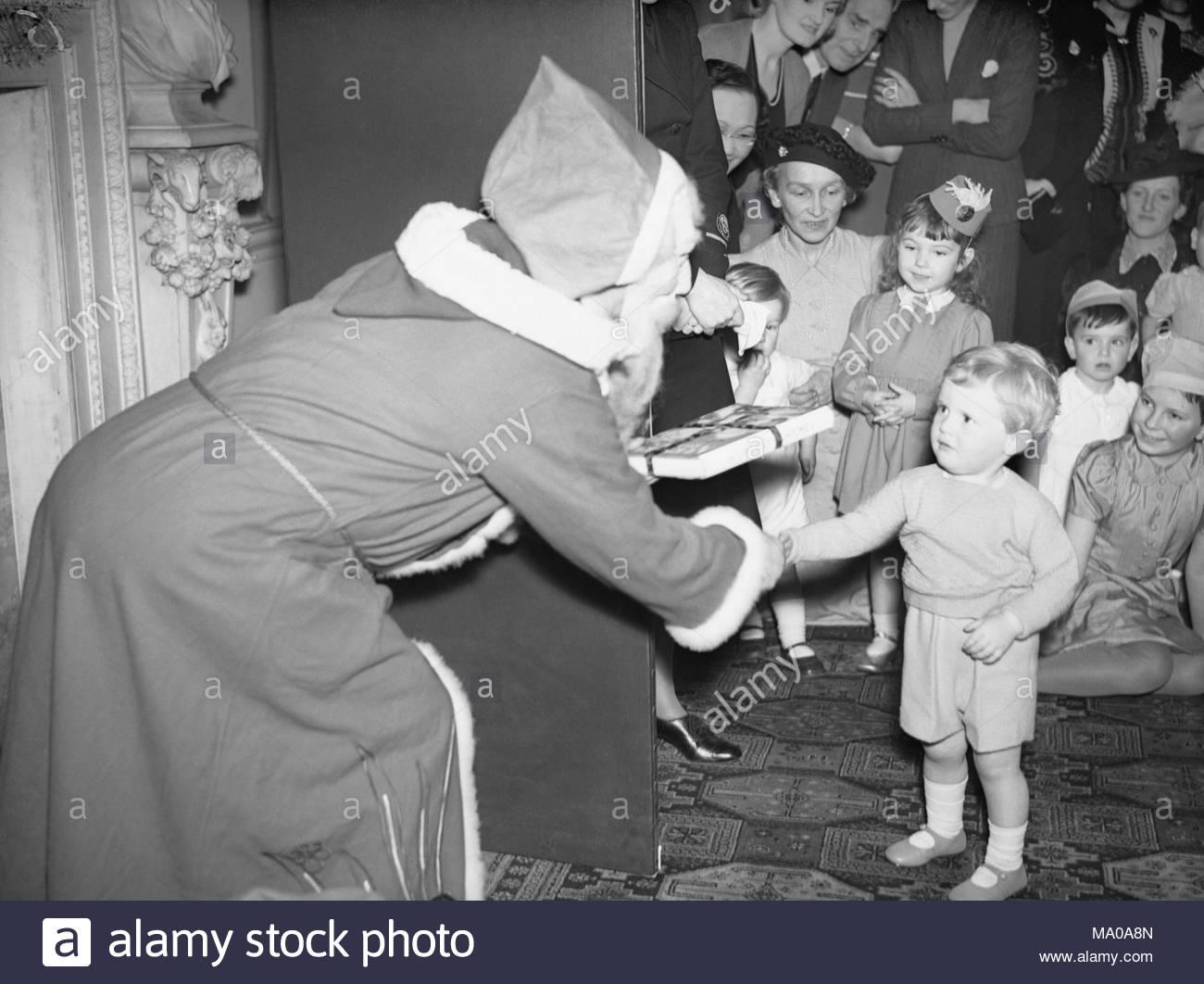 Englisch: der Weihnachtsmann\' präsentiert Winston Churchill jr ...