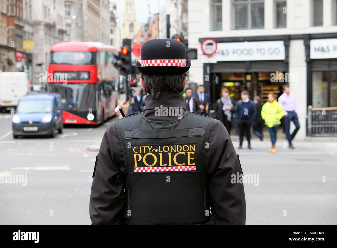 Stadt London Polizei Logo auf der Rückseite der Uniformjacke der Polizistin (Polizei Frau) auf der Straße in der Gegend von Central London Farringdon GROSSBRITANNIEN KATHY DEWITT Stockbild