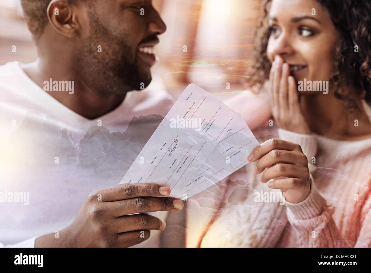 In der Nähe des reizenden Paar mit Flugtickets Stockbild