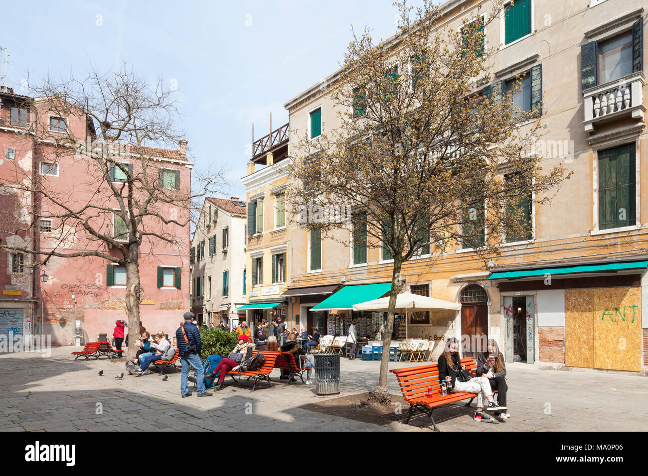 Campo Santa Maria Nova, Cannaregio, Venedig, Venetien, Italien mit lokalen Venezianer und Touristen sitzen auf Bänken genießen Sie die Wintersonne Stockbild