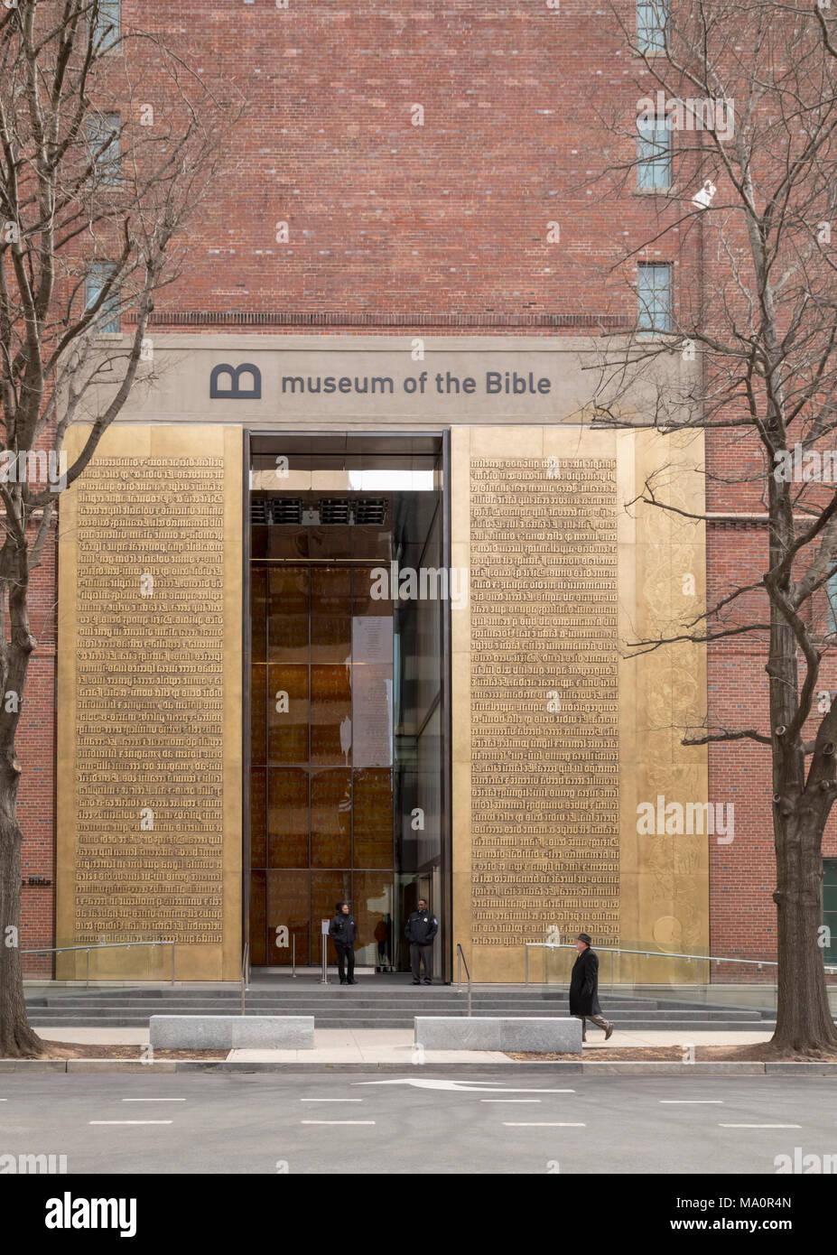 Washington, DC - der Eingang zum Museum der Bibel. Der 40-Fuß hohen bronzenen Türen tragen die Schöpfungsgeschichte aus Genesis, von einer frühen Ausgabe o Stockbild