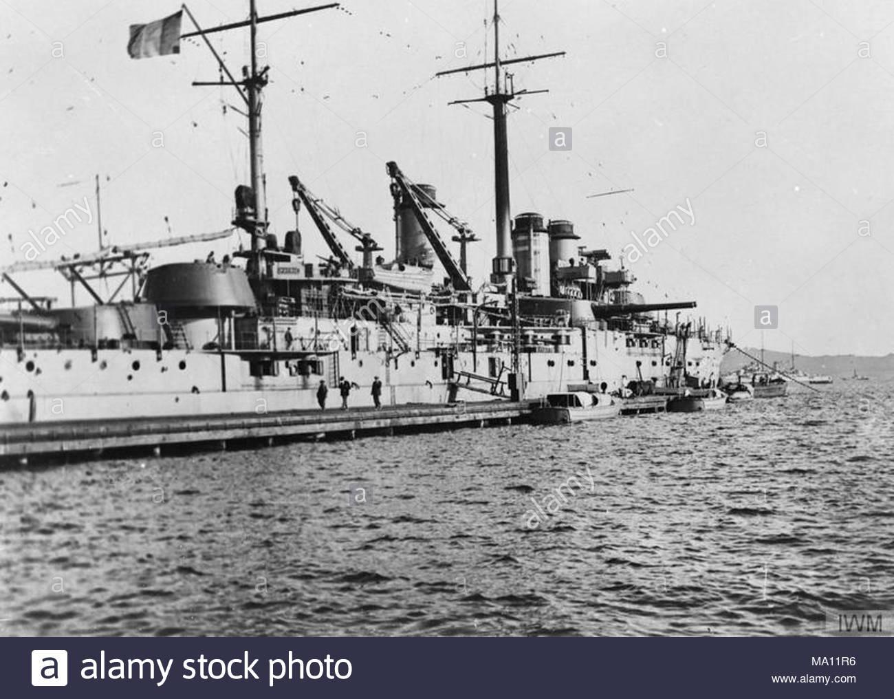 Die französische Marine im Mittelmeer, 1914-1918 Die französische Schlachtschiff COURBET mit LA FRANCE im Hintergrund in Toulon, 24. September 1916. Stockbild
