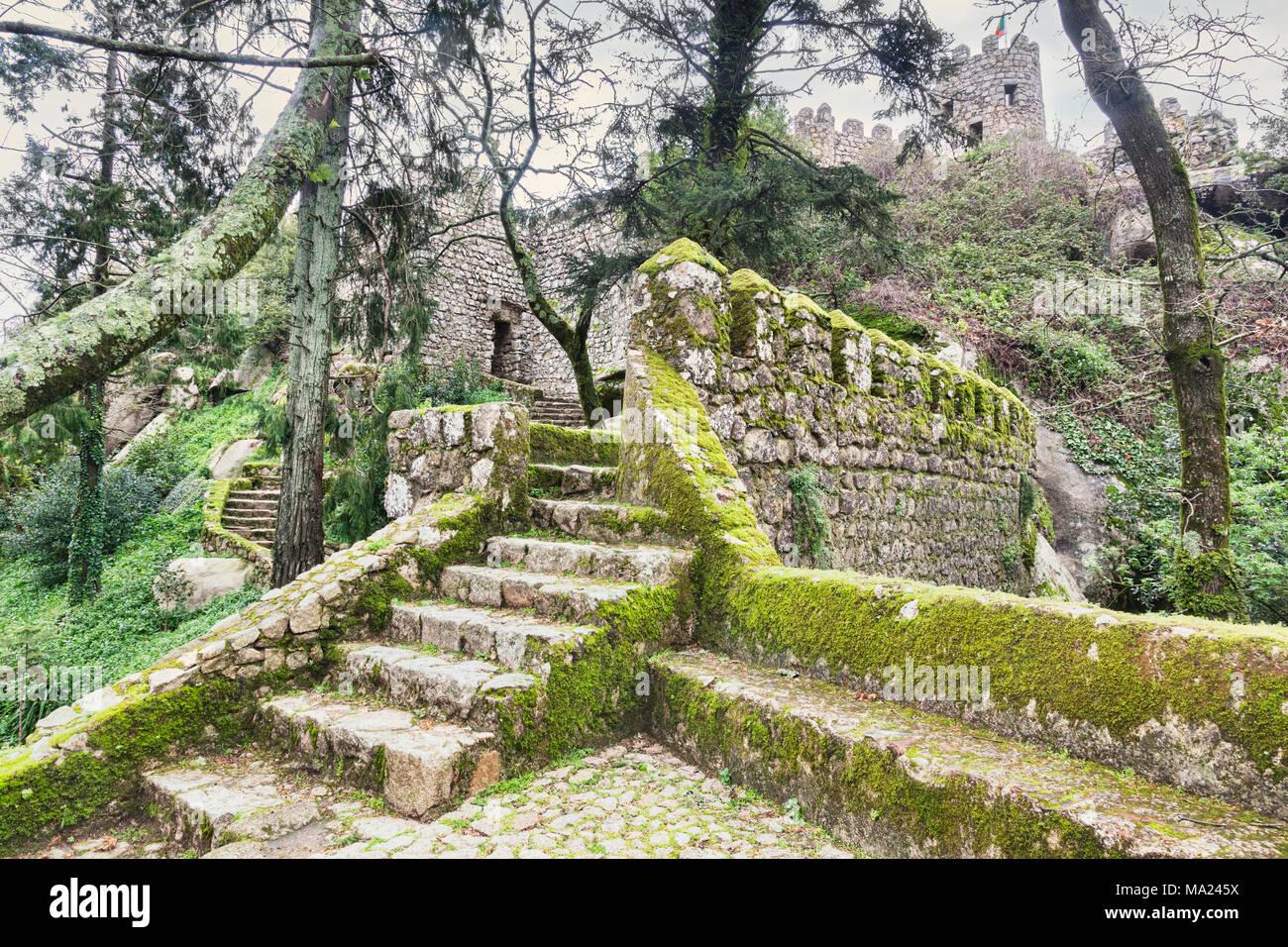 Vom 3. März 2018: Sintra, Portugal - Moody Schuß des maurischen Castlein frühen Frühling. Stockbild