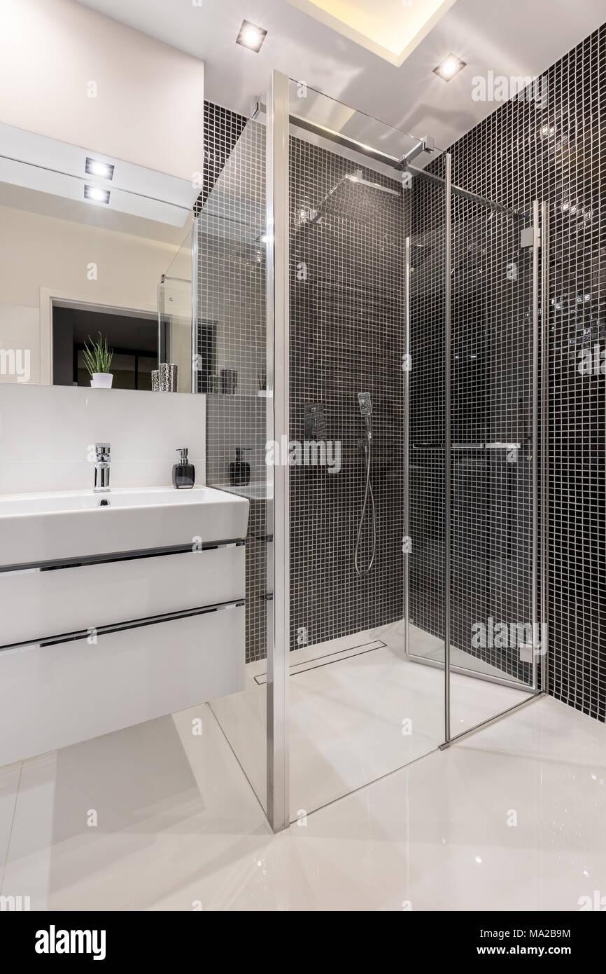 Badezimmer Mit Begehbarer Dusche, Schwarz Mosaikfliesen Und Schrank  Waschbecken
