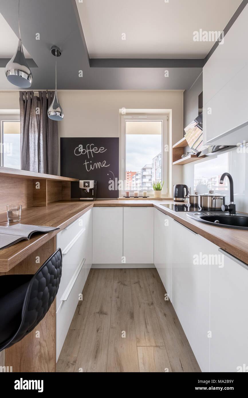 Moderne Küche mit Holz- Arbeitsplatte, weiß Einheit und Blackboard ...