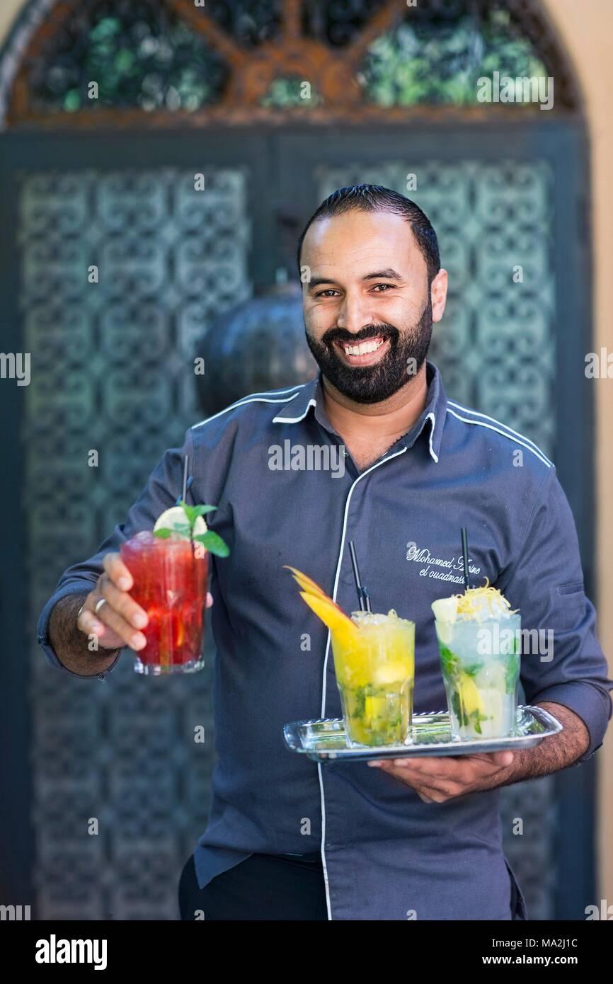 Ein Barkeeper mit Cocktails, Marrakesch, Marokko Stockbild