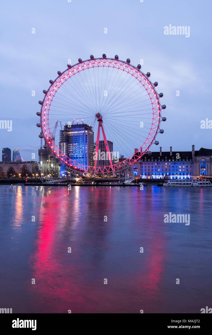 Sonnenaufgang an der Themse, auf das London Eye und der County Hall, London, England Stockbild