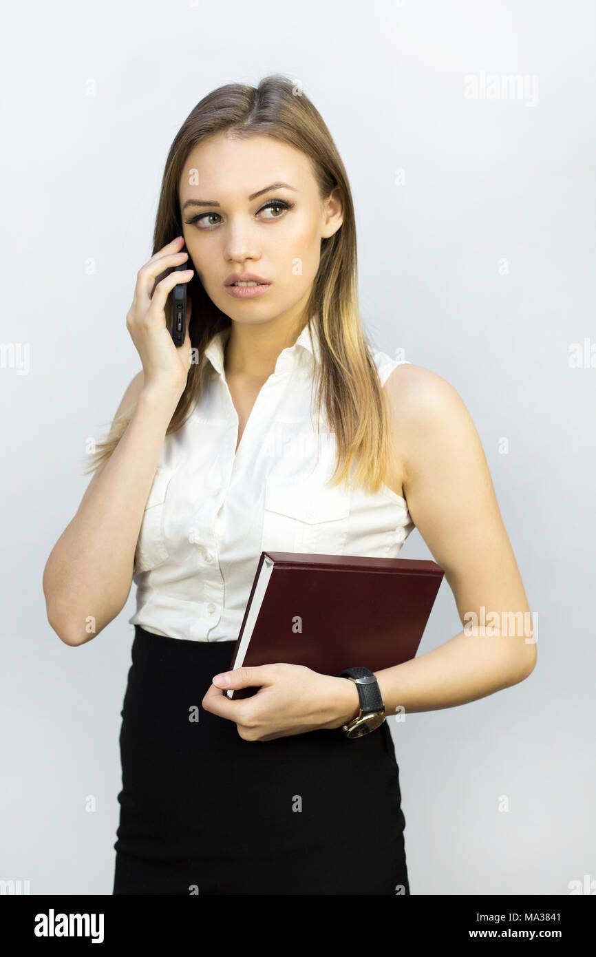 5dcbca6332cb Business Mädchen in schwarzen Rock und weißer Bluse mit Notepad und ...